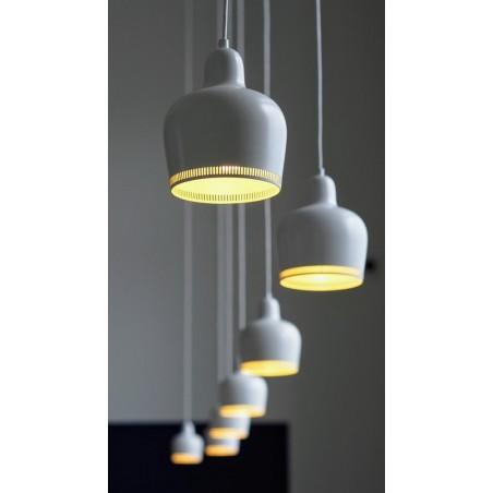 LUMINÁRIA Luminária no estilo moderno, cor branca. Acompanha lâmpada.