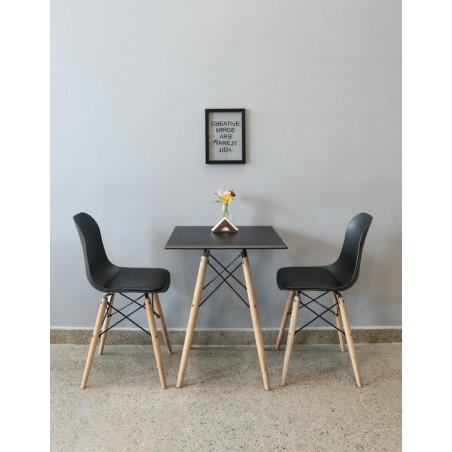 Mesa pequena, na cor preta, com base de madeira.